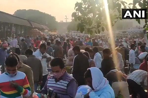 UP: सब्जी मंडी में बड़ी संख्या में खरीदारी करने पहुंचे लोग, नियमों का किया उल्लंघन, देखें तस्वीरें