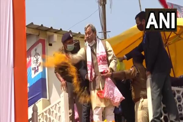 हरिद्वार में सीएम तीरथ सिंह ने पहले पुष्पवर्षा की, फिर घाट पर किया साधुओं का स्वागत, देखें तस्वीरें