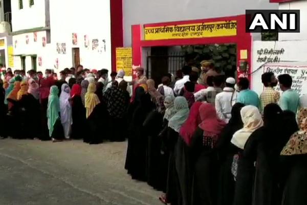 उत्तर प्रदेश पंचायत चुनाव: मतदान करने के लिए बड़ी संख्या में  पहुंचे मतदाता, देखें तस्वीरें