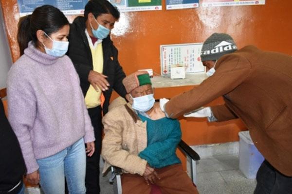 भारत के सबसे बुजुर्ग मतदाता ने ली वैक्सीन की पहली खुराक