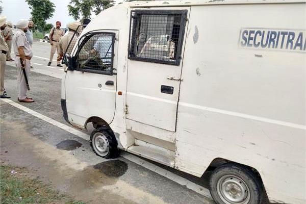 sangrur news : Firing on the bank cash van in sangrur, 5 lakh rupees looted - Sangrur News in Hindi