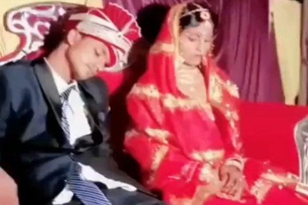 OMG : खुद की शादी में वरमाला के स्टेज पर सो गया दूल्हा, सोशल मीडिया पर वायरल हुआ VIDEO