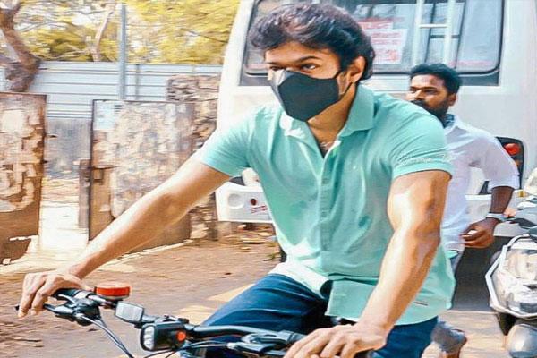 Tamil Nadu Election: Actor Vijay Reaches Voting Cycle, See Photos - Chennai News in Hindi