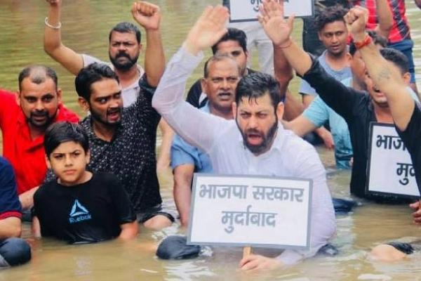विकास चौधरी हत्या : हत्यारों की गिरफ्तारी की मांग, कांग्रेस का प्रदर्शन