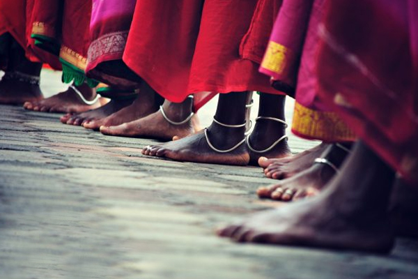 Know About Village Where Wearing Shoes Prohibited - Weird Stories in Hindi