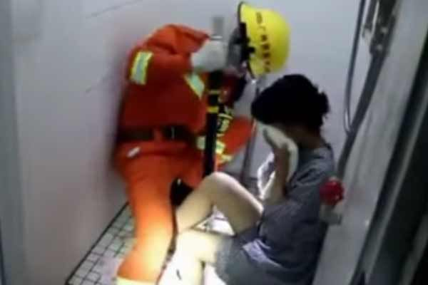 Woman leg stuck in toilet drain in china - Weird Stories in Hindi