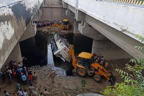 Yamuna Expressway accident : 29 killed as bus hits divider and falls through gap between flyovers - India News in Hindi