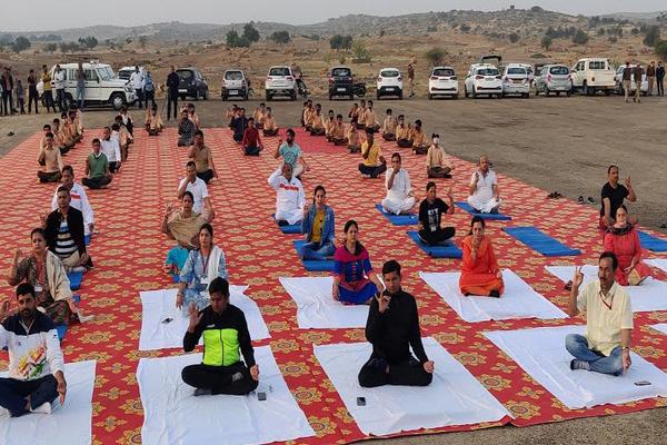 मरु महोत्सव -  सूर्य नमस्कार और योगाभ्यास ने दिया निरोगी राजस्थान का पैगाम, यहां देखें