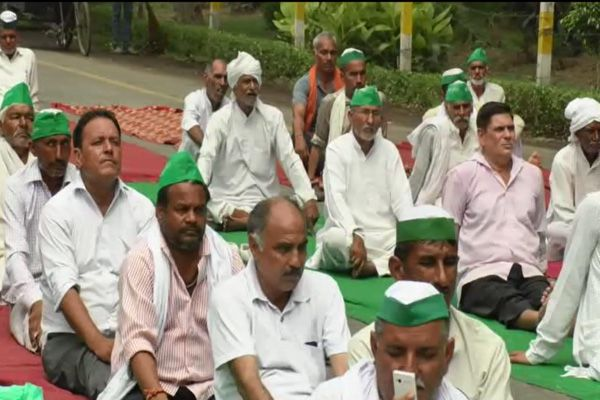 Farmers protest and yoga on road in Ghaziabad also - Ghaziabad News in Hindi
