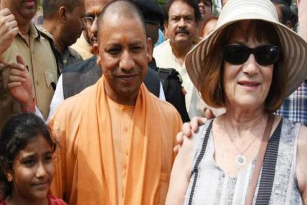 Yogi Adityanath visit Taj Mahal and leads cleanliness campaign near western gate of Taj - Agra News in Hindi