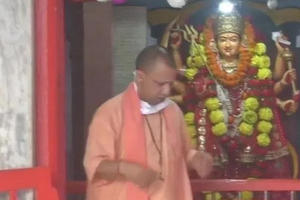 Yogi performs Kanya Pujan in Gorakhnath temple - Gorakhpur News in Hindi