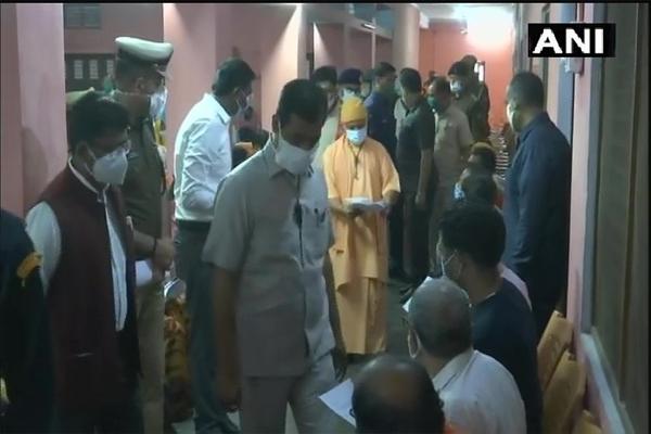सीएम योगी ने गोरखपुर में लोगों की सुनी समस्या, निस्तारण के दिए निर्देश