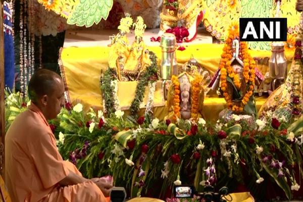 मुख्यमंत्री योगी ने मथुरा के श्री कृष्ण जन्मभूमि मंदिर में पूजा-अर्चना की, देखें तस्वीरें
