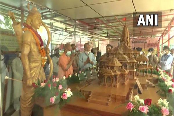मुख्यमंत्री योगी ने श्री रामलला के दर्शन किए, राममंदिर मॉडल की पूजा की, देखें तस्वीरें