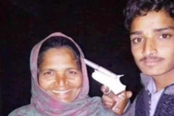 Youth poses with gun at his mother head, arrested - Shamli News in Hindi