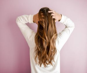 6 of the Best Shampoos That Help Bulk Up Thinning Hair - Hindi News
