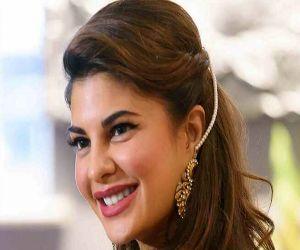 Jacqueline flaunts sexy back - Hindi News