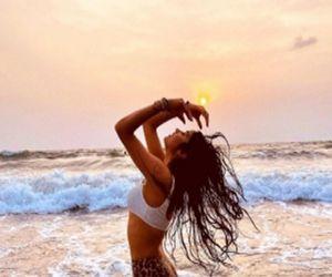 Janhvi Kapoor makes a splash with bikini pictures - Hindi News