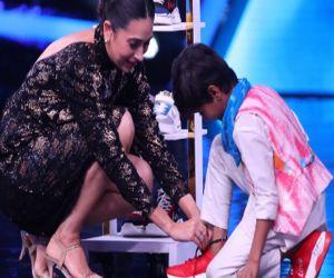 Karisma Kapoor gifts five pair of shoes to contestant Pruthviraj - Hindi News
