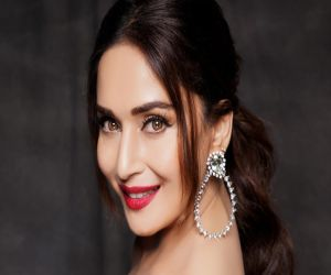 Madhuri Dixit: Wear your masks and get vaccinated as soon as possible - Hindi News