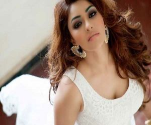 Payal Ghosh pitches in to provide beds, medicine for Covid affected - Hindi News
