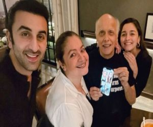 Ranbir celebrates Mahesh Bhatt 73rd birthday with Alia, Pooja - Hindi News
