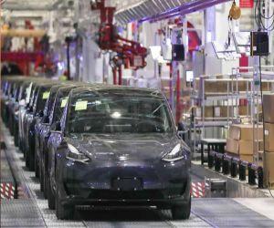 Tesla earns $1.62 bn in Q3 as car sales surge - Hindi News